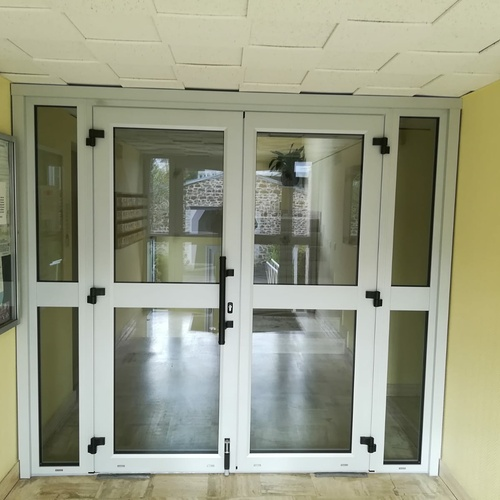 Installation porte d''entrée pour collectivité - double battants alu et vitrage sécurit