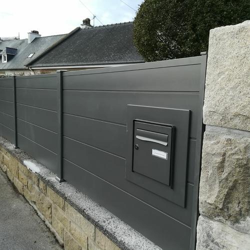 Installation d''une clôture panneaux pleins- intégration boîte au lettre
