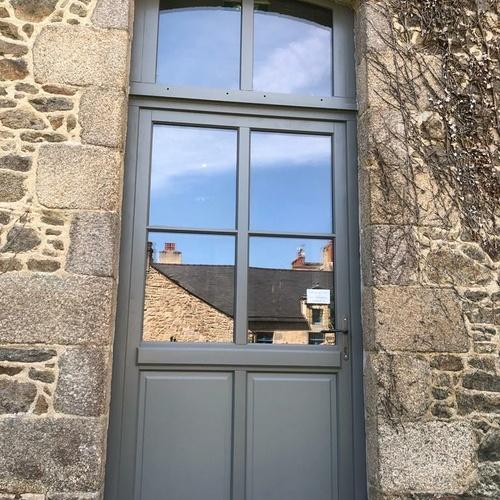 Installation d''une porte d''entrée gris anthracite avec vitrage - Côtes-d''Armor (22)