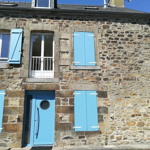 Installation d''une porte d''entrée et de volets bleus - Ille-et-Vilaine (35)