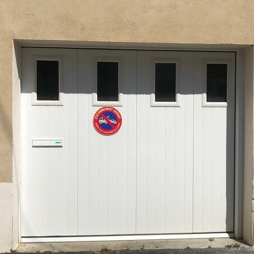 Installation d''une porte de garage battante blanche- Côtes-d''Armor (22)