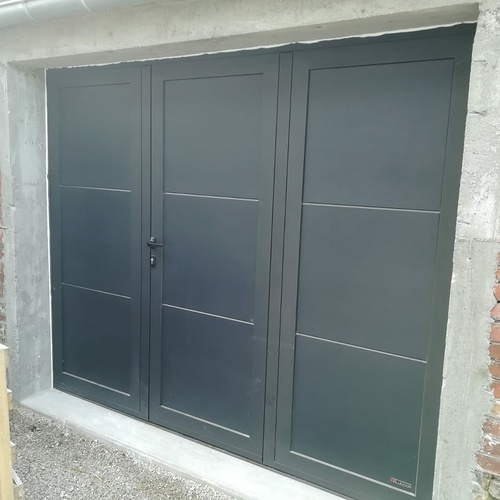 Installation d''une porte de garage battante gris anthracite - Ille-et-Vilaine (35)
