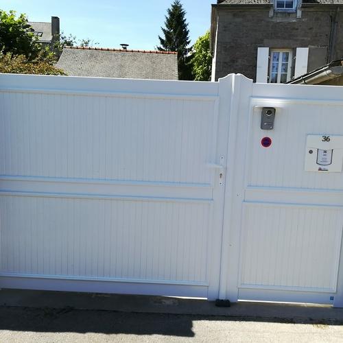 Portail et portillon piéton PVC blanc avec interphone