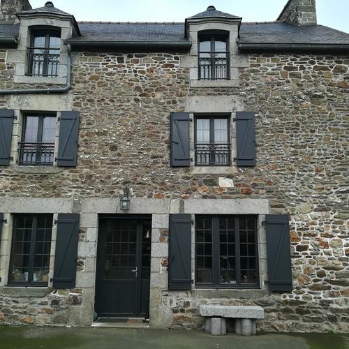 Porte entrée, fenêtres petits carreaux et volets