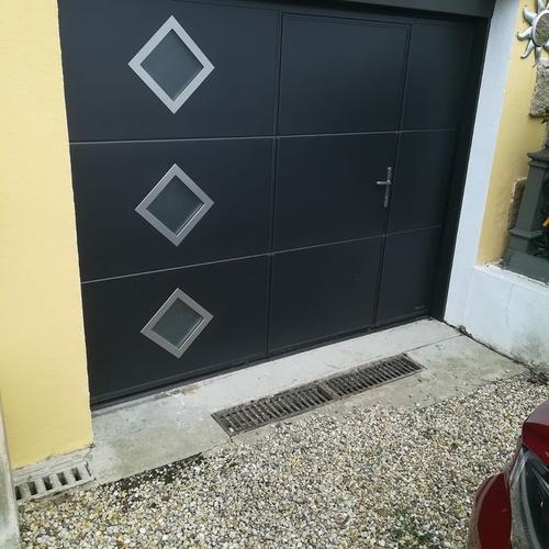 Porte de garage avec portillon piéton