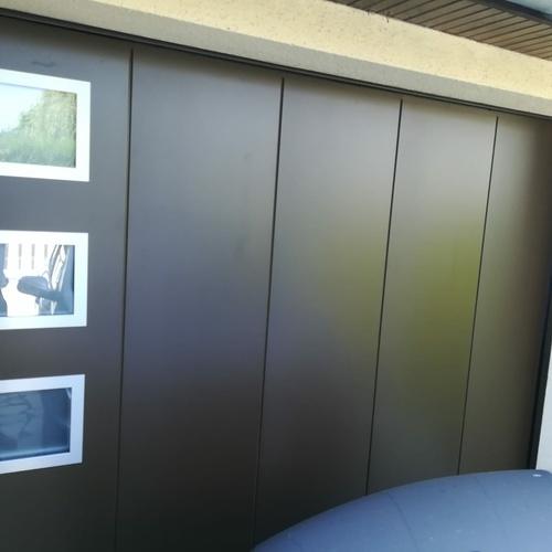 Porte de garage sectionnelle latérale - design géométrique