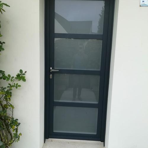 Pose porte d''entrée contemporaine alu avec vitrage sablé