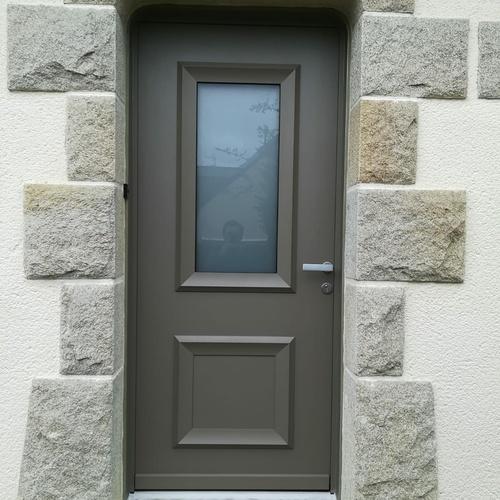 Pose d''une porte d''entrée en rénovation : alu, vitrage sablé et moulures