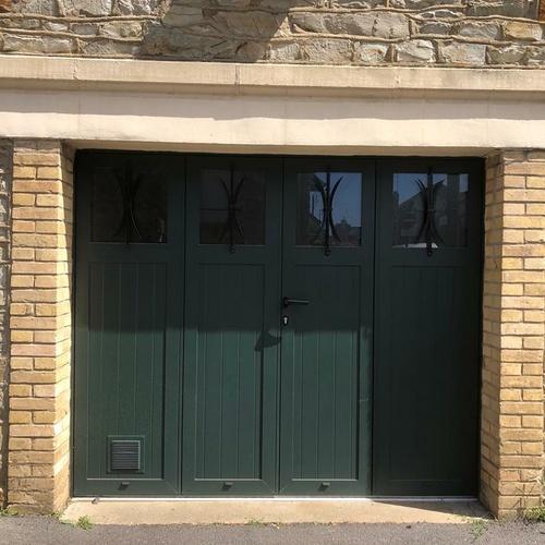 Pose d''une porte de garage battante vert sapin - Ille-et-Vilaine (35)