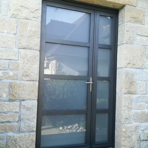 Rénovation porte d''entrée battants en alu anthracite avec vitrage sablé