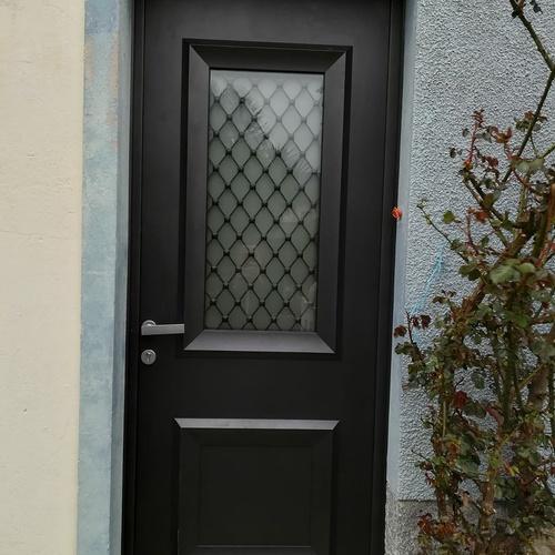 Rénovation porte d''entrée vitrée avec inclusion grille à l''ancienne