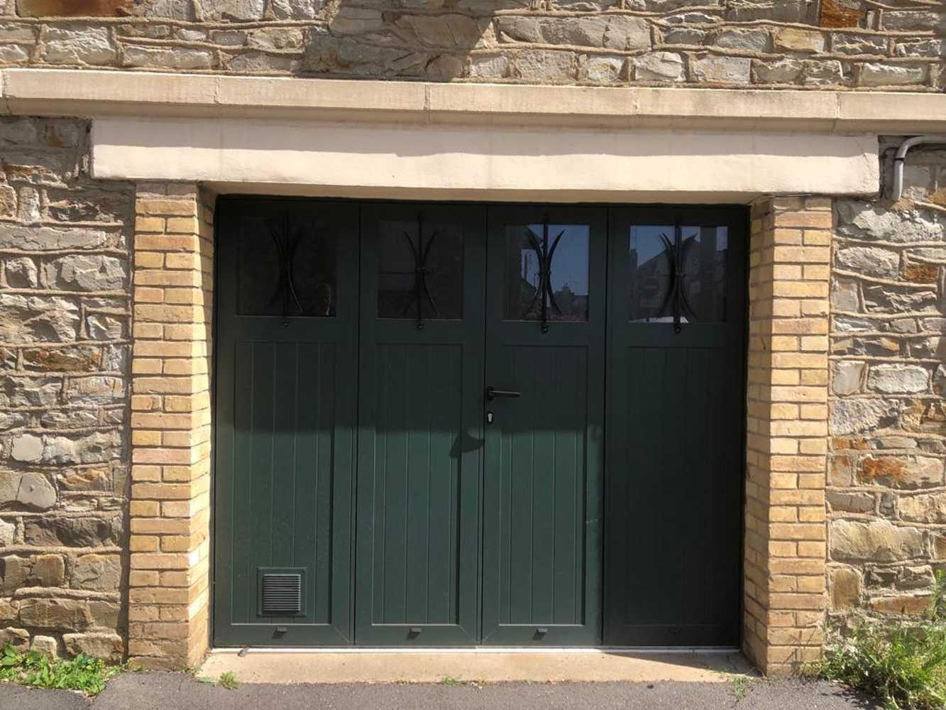 Pose d''une porte de garage battante vert sapin - Ille-et-Vilaine (35) 0