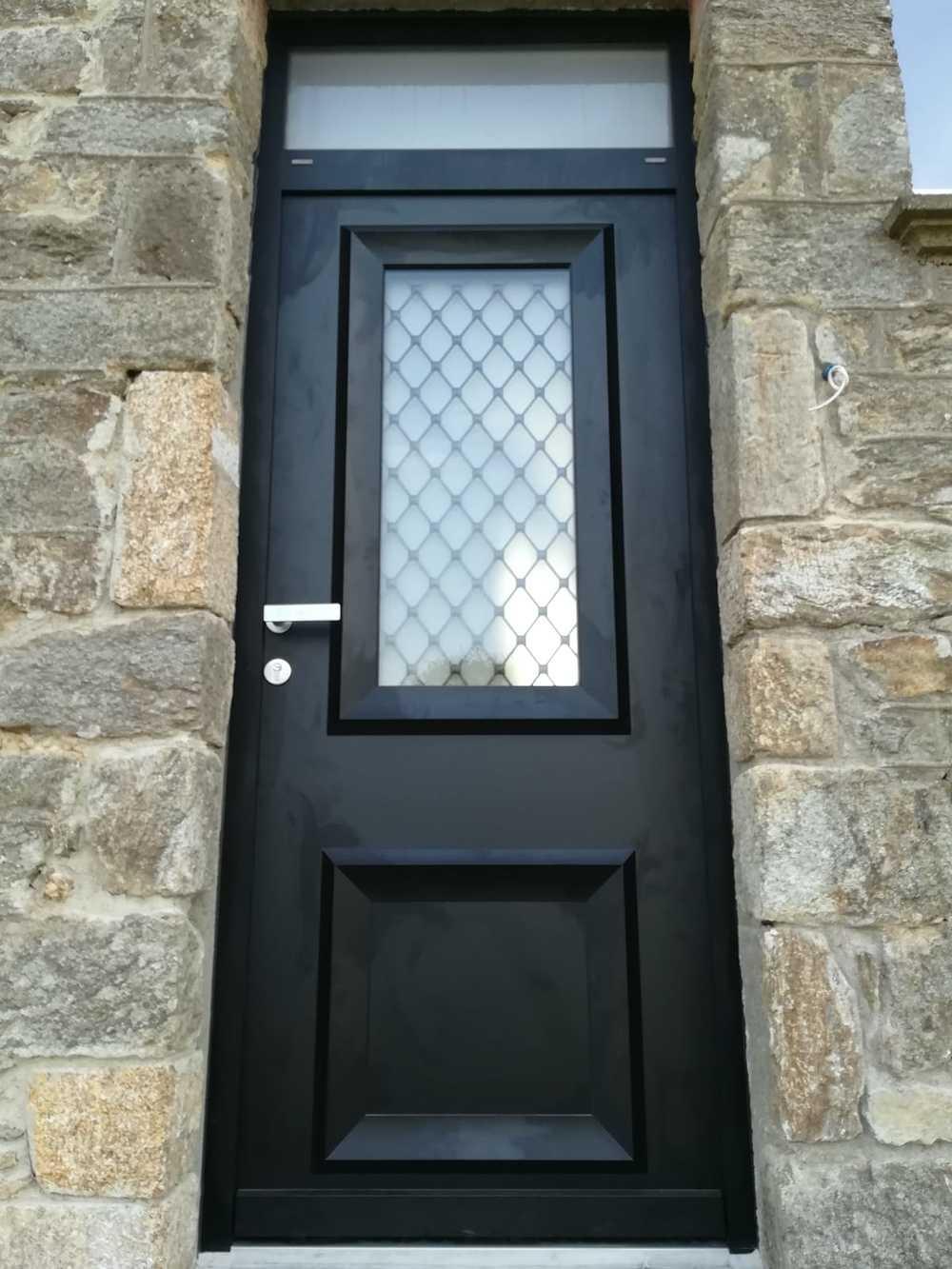 Pose porte d''entrée avec imposte - alu gris anthracite, vitrage sablé et grille de fer forgé à l''ancienne 0