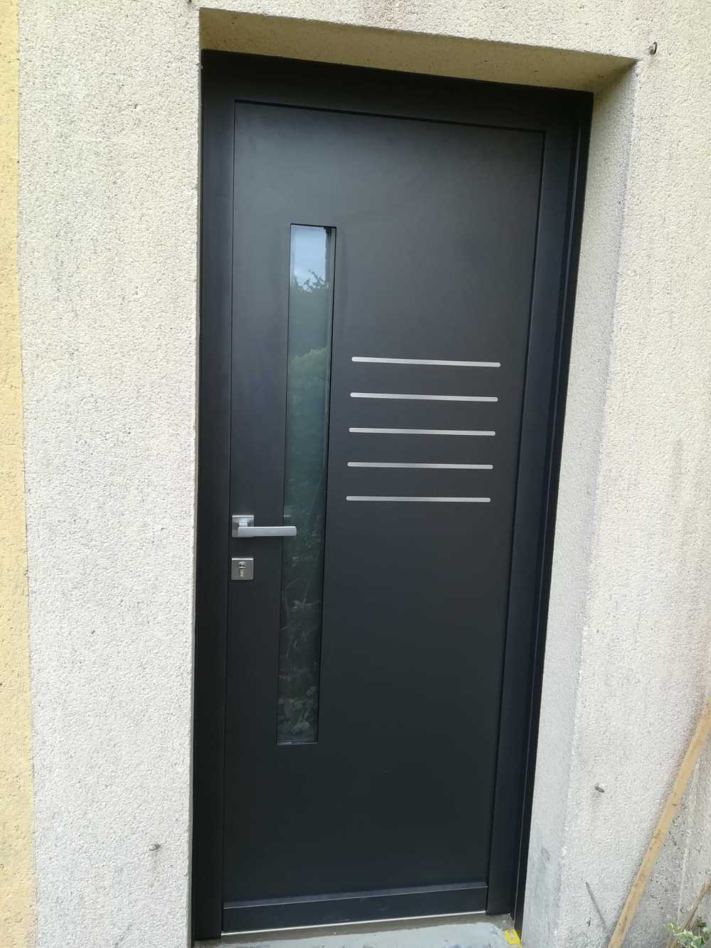 Rénovation porte entrée grande largeur contemporaine alu avec inclusions de métal et vitrage 0