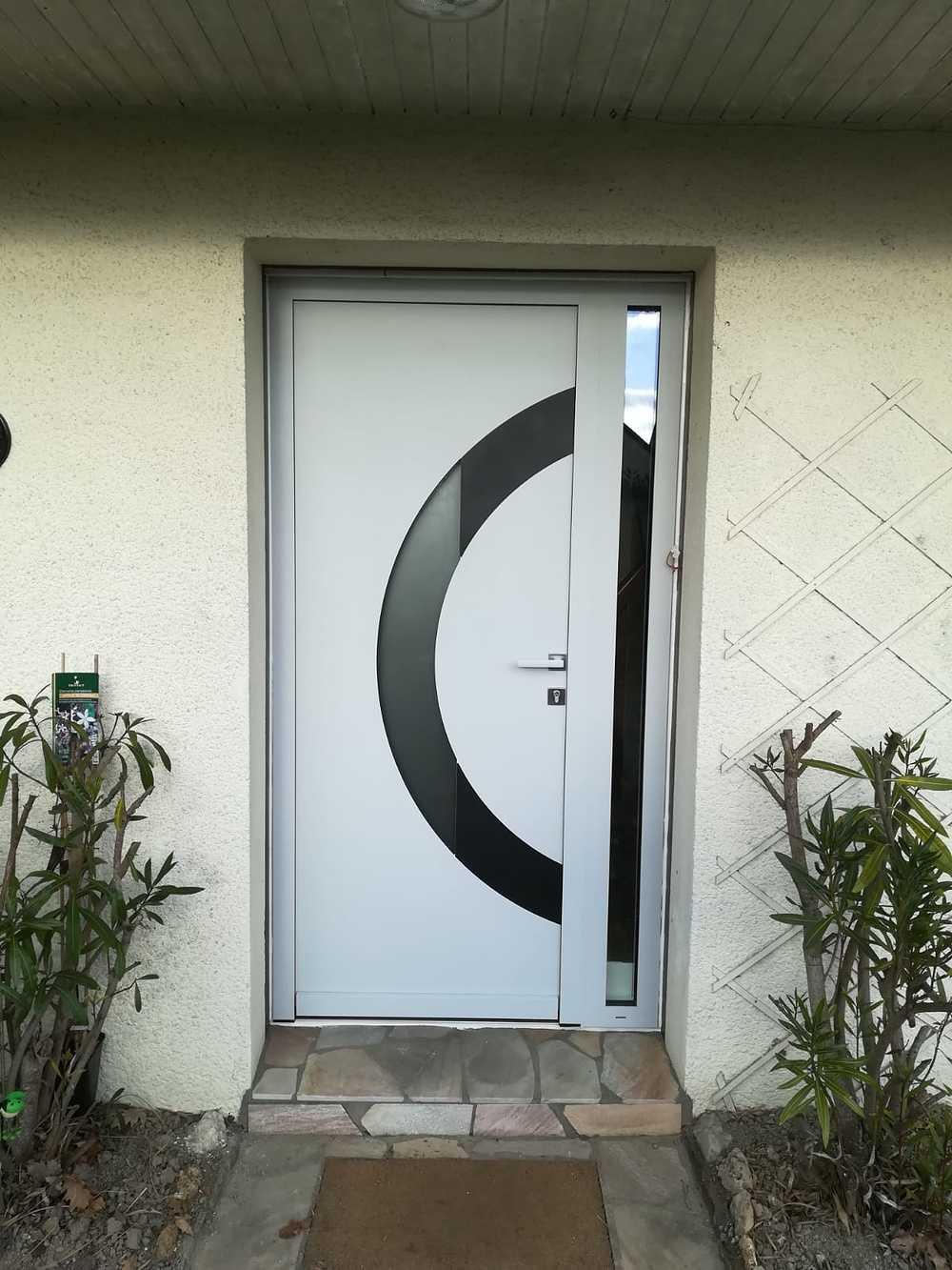 Rénovation porte d''entrée contemporaine alu blanc avec inclusion de vitrages et d''éléments graphiques 0
