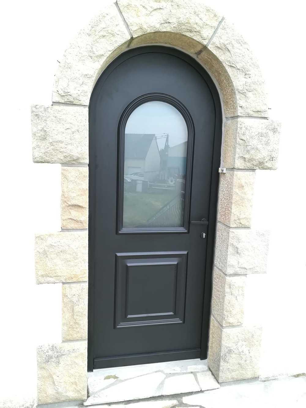 Rénovation porte d''entrée cintrée alu anthracite - vitrage sablé et moulures à l''ancienne 0