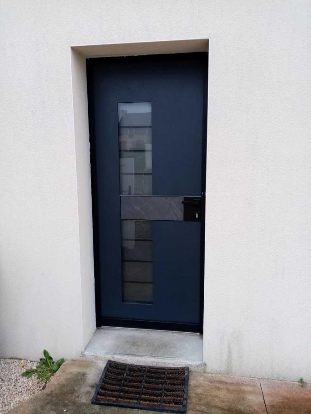 Pose porte d''entrée contemporaine alu / vitrage sablé / métal et pierre 0