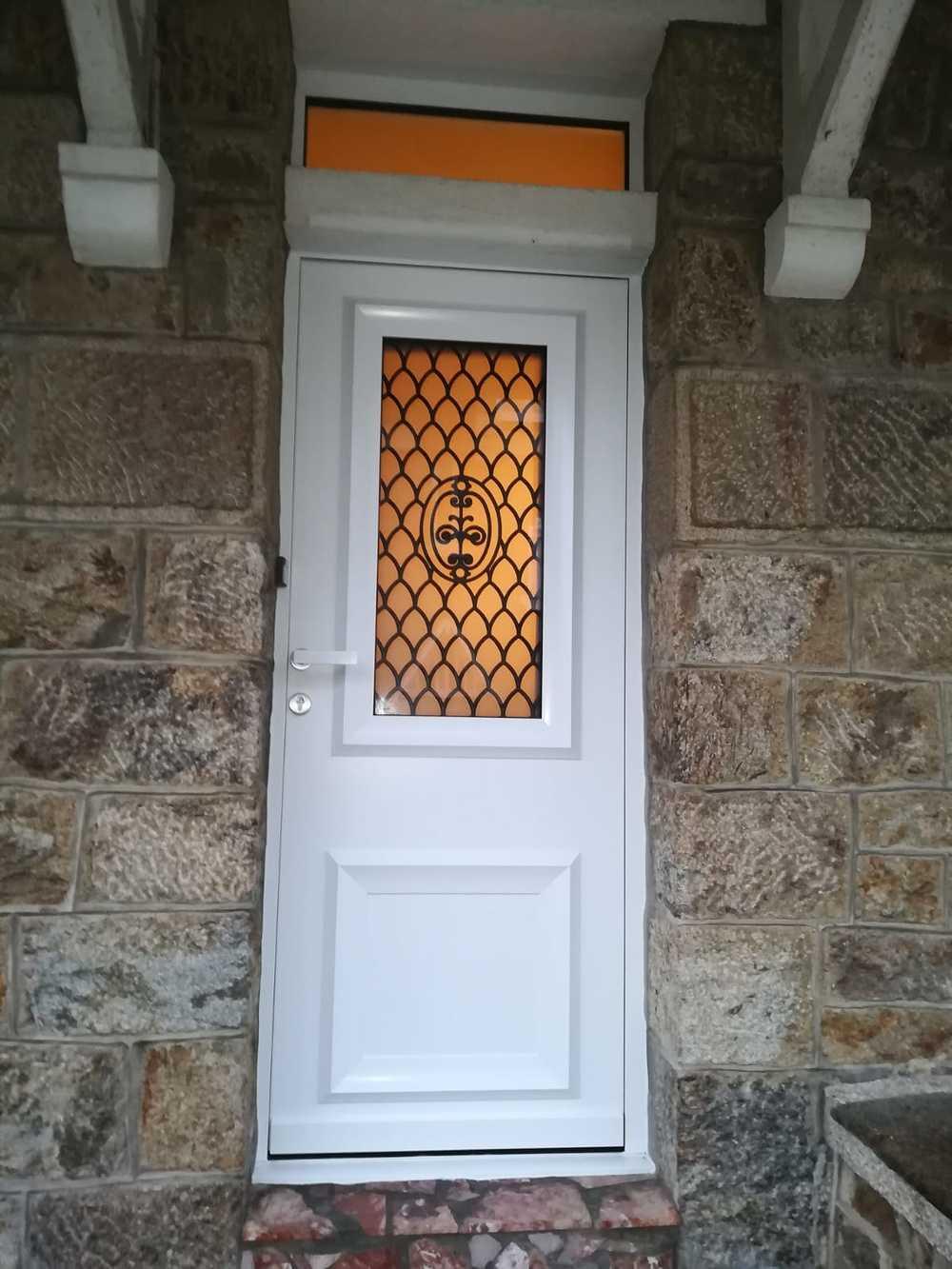 Rénovation porte d''entrée avec impost - alu blanc avec vitrage sablé sablé et grille en fer forgé 0