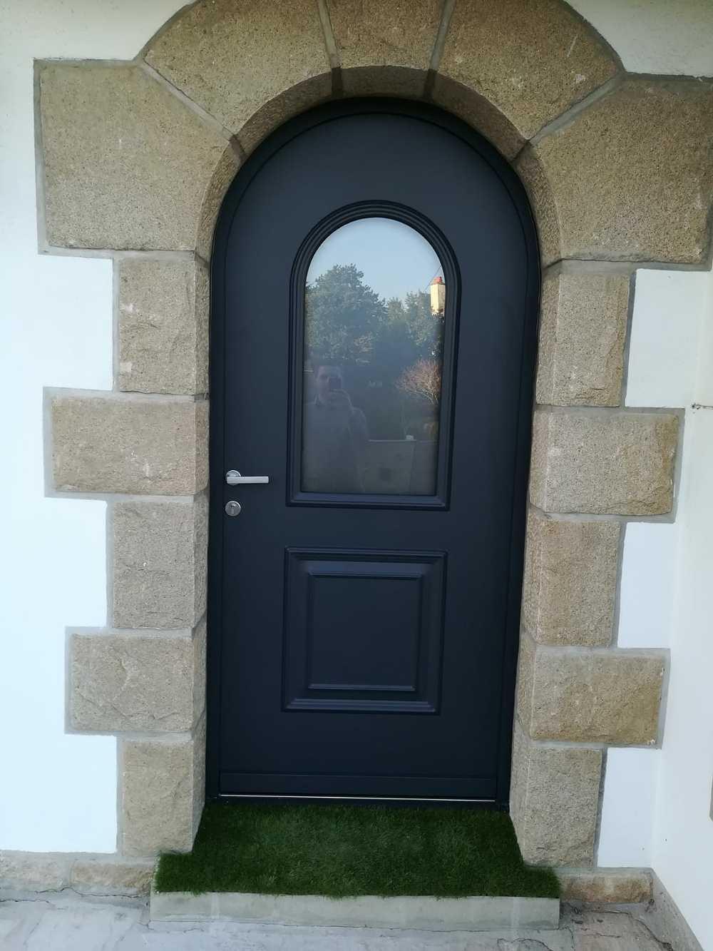 Rénovation porte d''entrée bois cintrée avec vitrage sablé 0