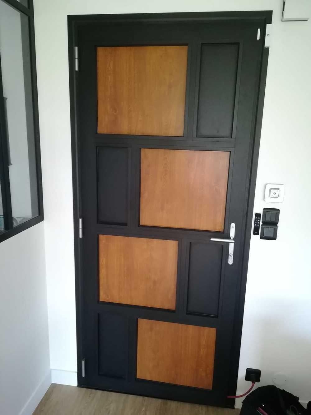 Rénovation porte d''entrée alu avec inclusion de plaques de bois 0