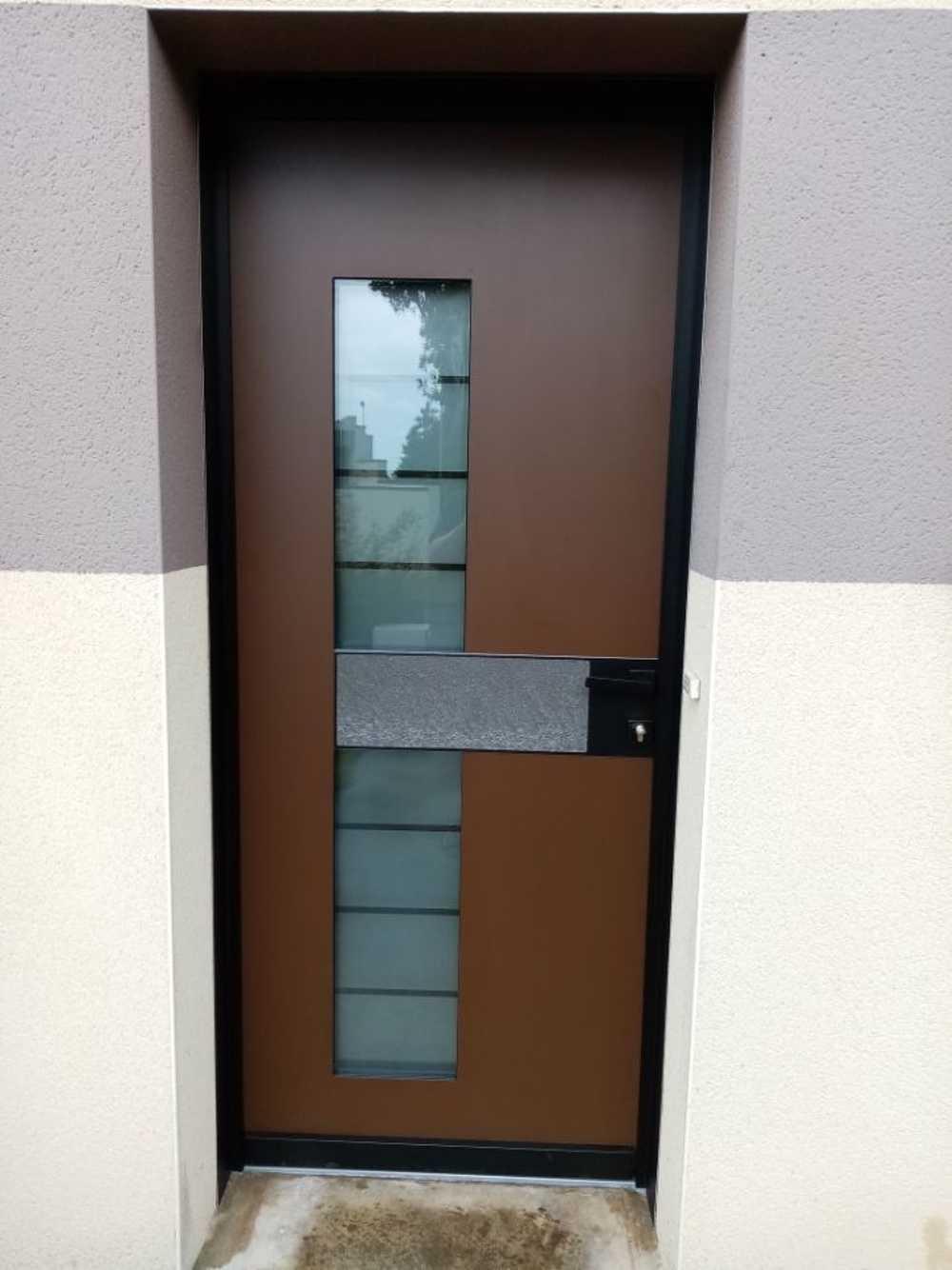 Pose porte d''entrée Samouraï - contemporaine avec inclusion vitrage sable et pierre 0