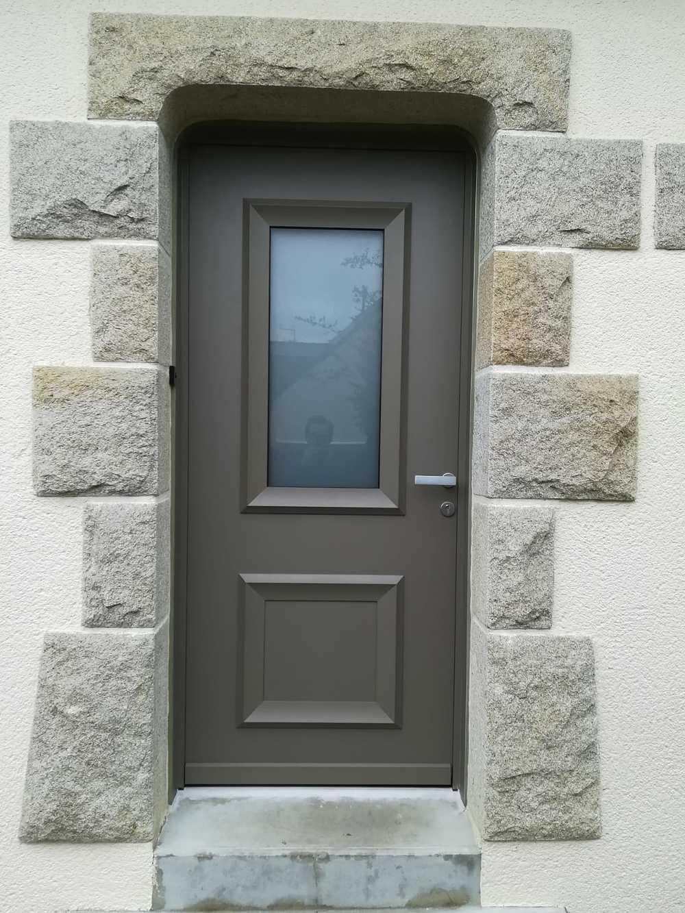 Pose d''une porte d''entrée en rénovation : alu, vitrage sablé et moulures 0