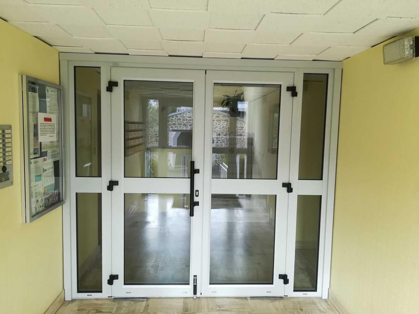 Installation porte d''entrée pour collectivité - double battants alu et vitrage sécurit 0