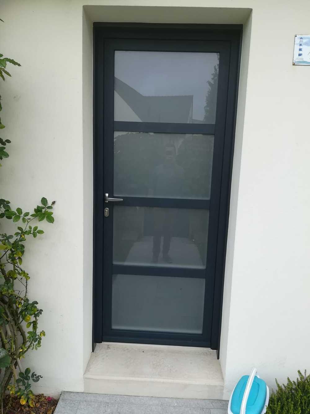 Pose porte d''entrée contemporaine alu avec vitrage sablé 0