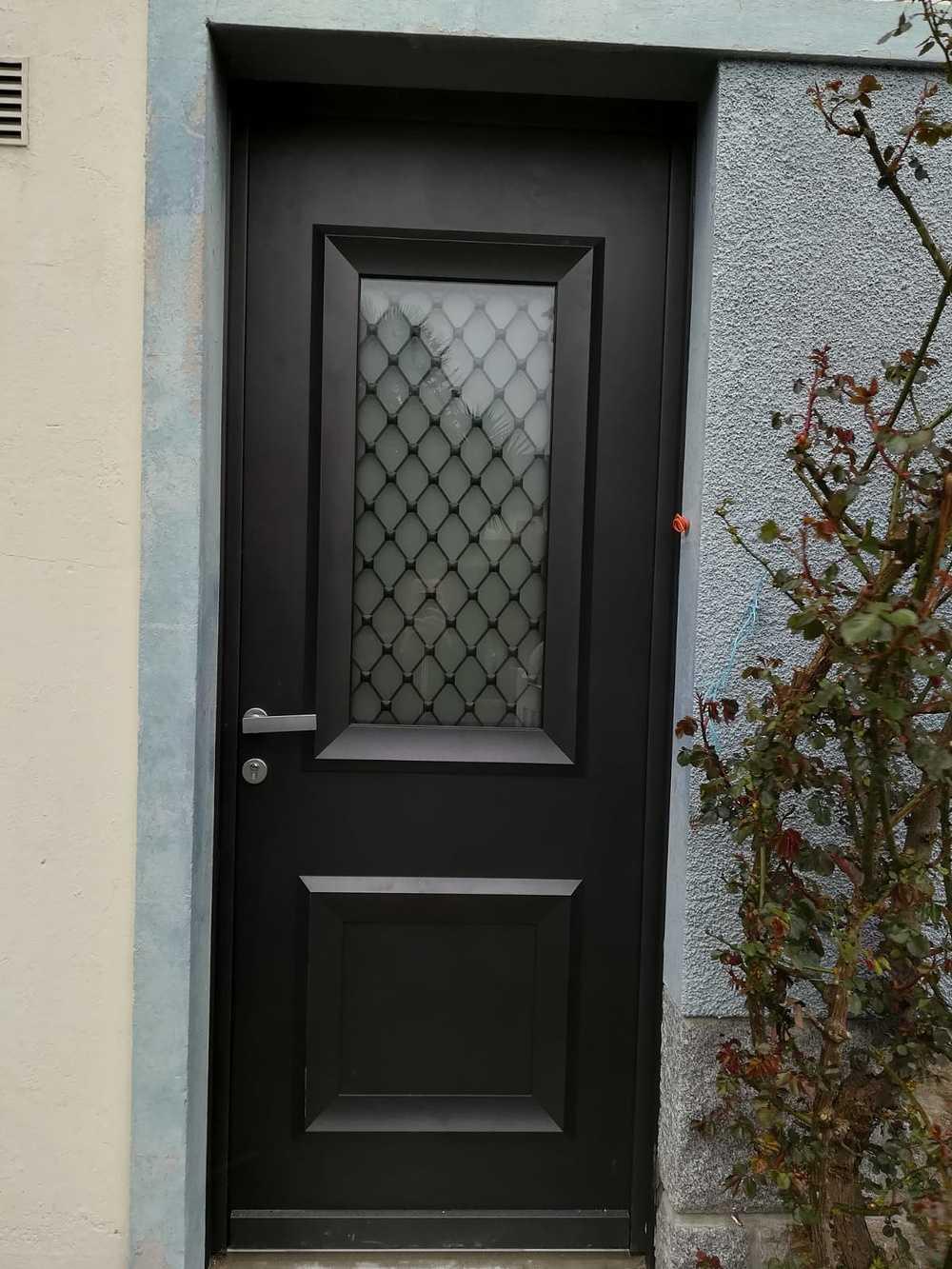 Rénovation porte d''entrée vitrée avec inclusion grille à l''ancienne 0