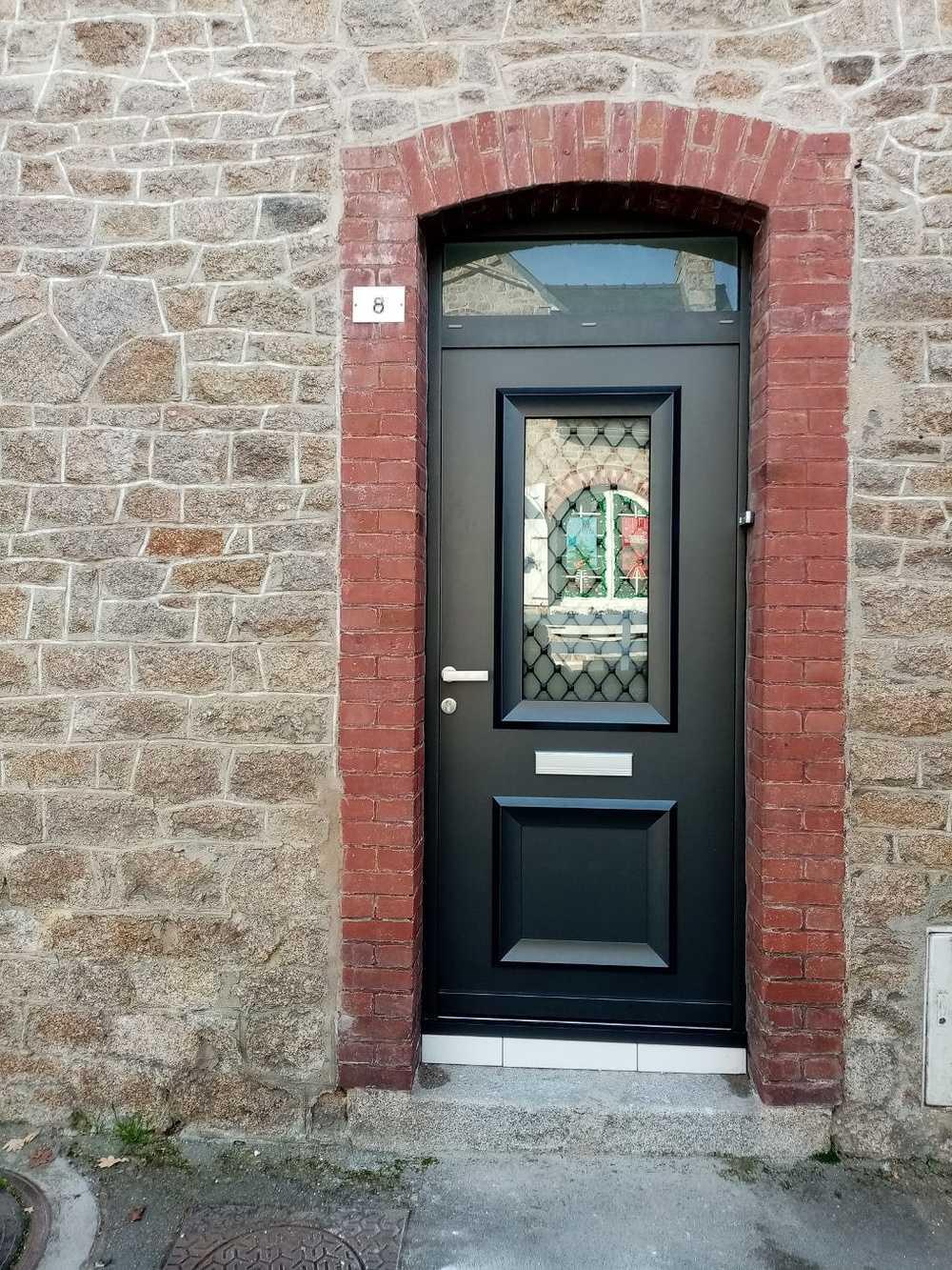 Installation porte d''entrée alu avec grille fer forgé 0