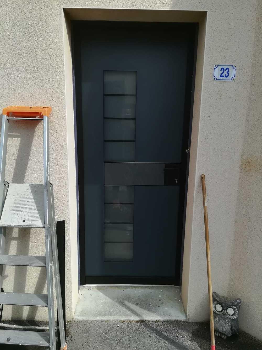 Porte d''entrée contemporaine : inclusion d''ardoise et cuir index