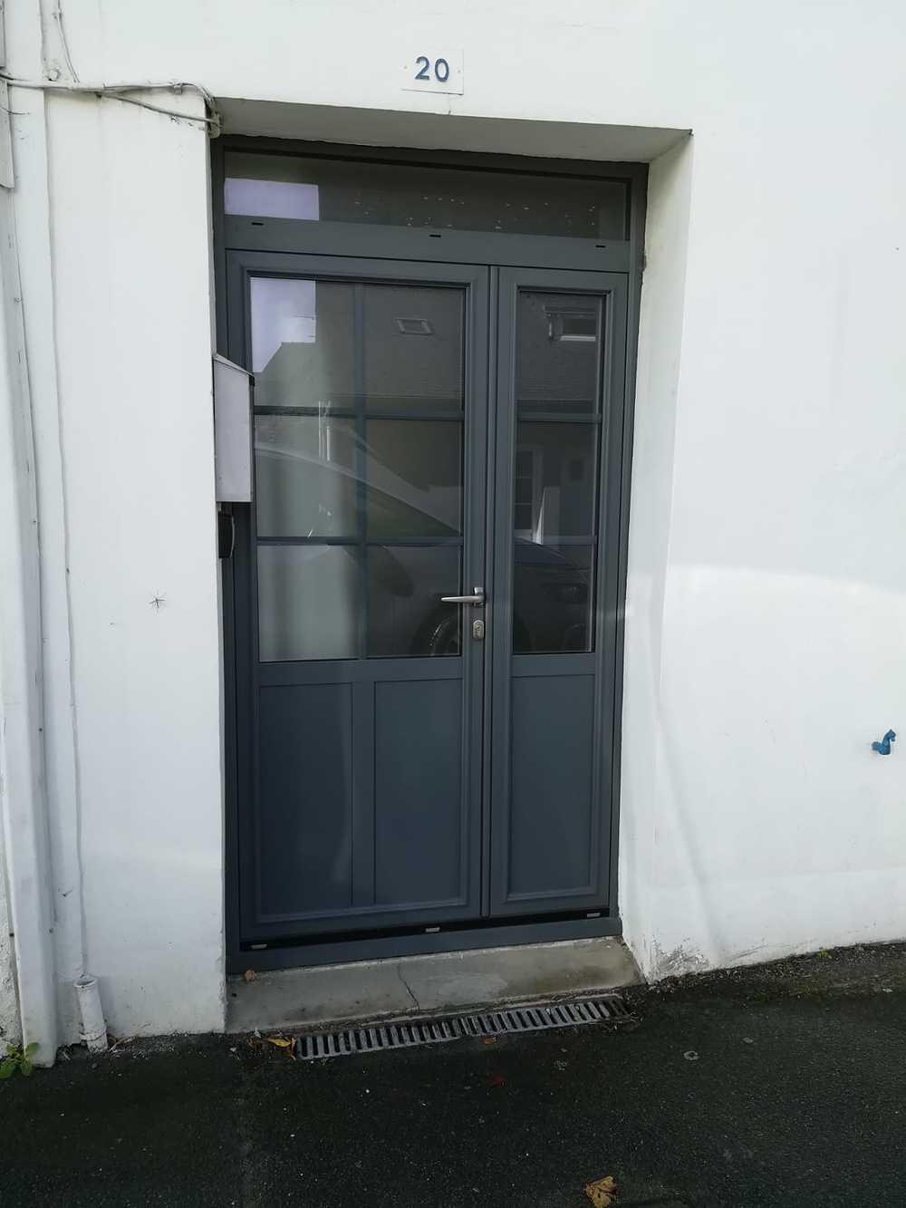 Installation porte d''entrée 6 carreaux et partie basse pleine 0