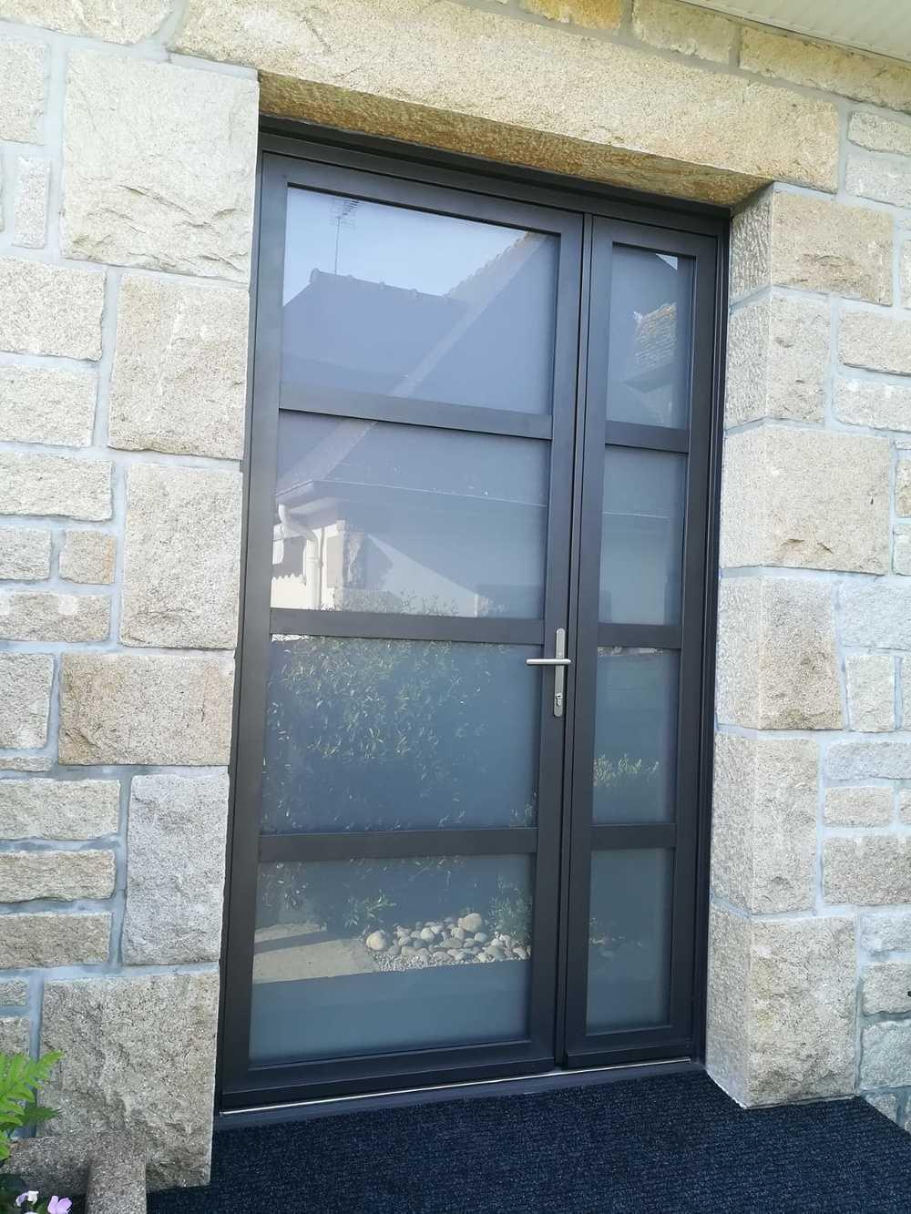 Porte entrée 4 vitrages dépolis avec imposte latéral verre dépoli sur façade pierre - St Malo 0
