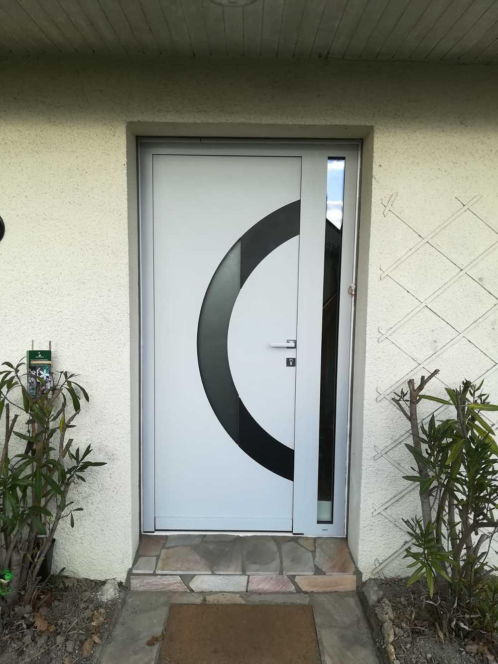 Porte d''entré alu avec découpe en verre circulaire et imposte latéral 0