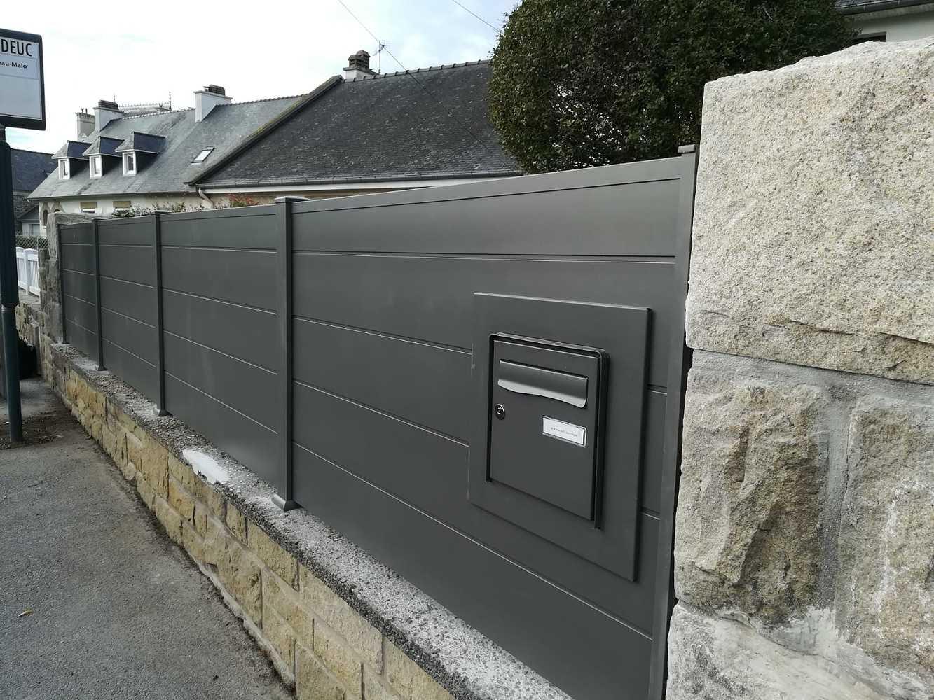 Installation d''une clôture panneaux pleins- intégration boîte au lettre 0