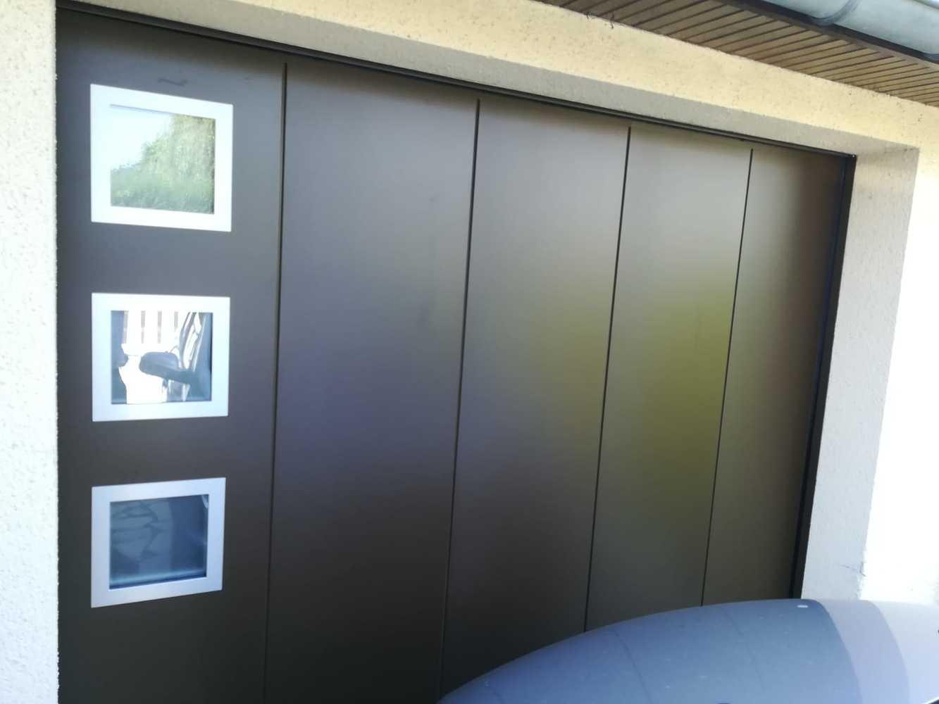 Porte de garage sectionnelle latérale - design géométrique 0